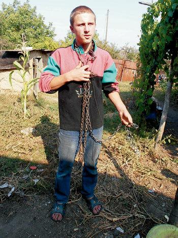 ГРИЦЕНКО с той самой цепью, на которой его держали