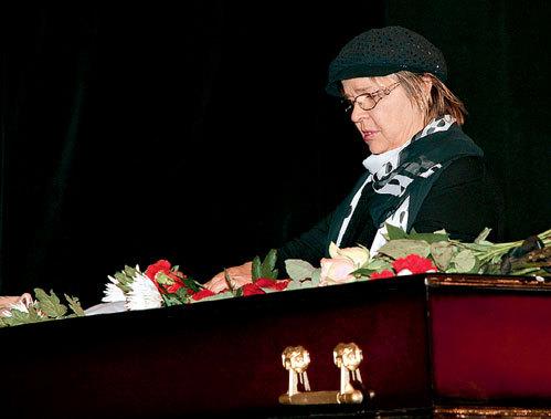 Тамара СЁМИНА была одной из немногих коллег, пришедших проститься с КАРАПЕТЯНОМ