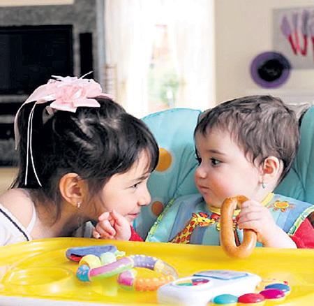 Крошки Эммануэль и Беата не в курсе, что у них есть 10-летняя сестрёнка Белла