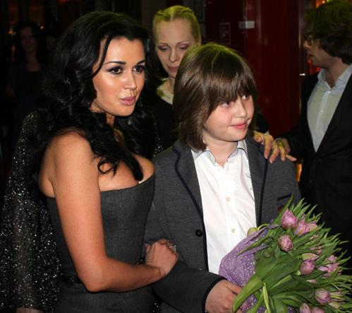 Анастасия ЗАВОРОТНЮК одевала в детстве сына снегурочкой...
