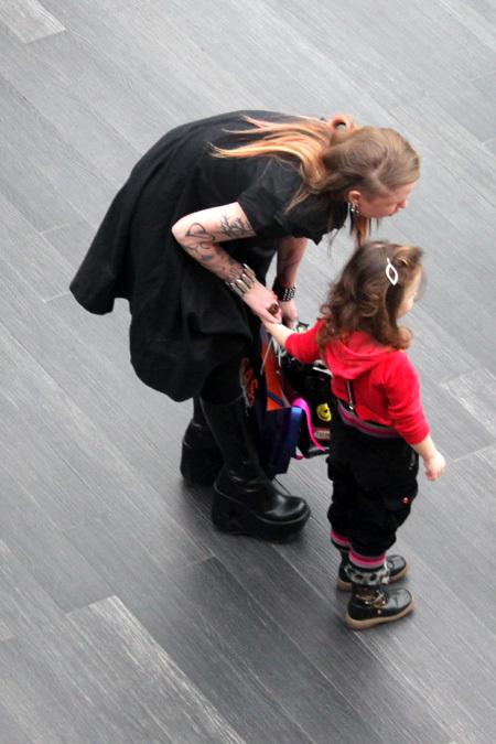 Валерия Гай Германика пошла катать свою маленькую дочку Октавию на аттракционах