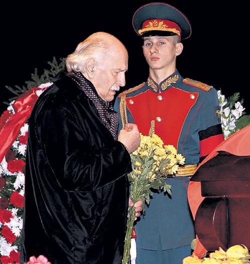 …97-летний коллега по театру Владимир ЗЕЛЬДИН...