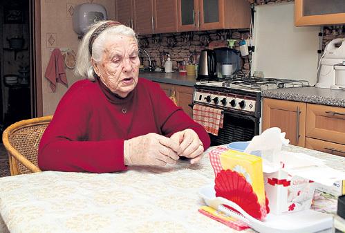 Оставшись одна, Людмила Александровна выживает на скромную пенсию