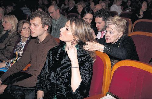 Справа от Ирины СКОБЦЕВОЙ расположились внук Костя КРЮКОВ с невестой Алиной, а впереди - Светлана, ее сын Сергей и невеста Сережи Тата МАМИАШВИЛИ