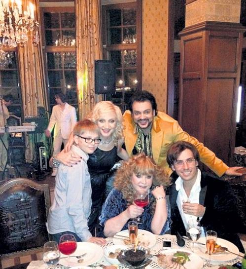 Новый, 2012 год примадонна и её супруг встречали в замке в компании самых близких друзей (слева направо: Дэни БАЙСАРОВ, Кристина ОРБАКАЙТЕ, Алла ПУГАЧЁВА, Филипп КИРКОРОВ, Максим ГАЛКИН))