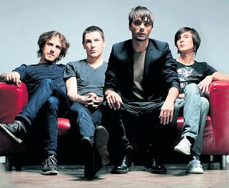 Андрей (второй слева) - басист группы «The Maneken»