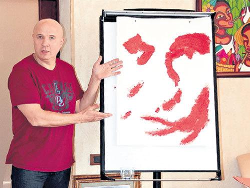 Николай демонстрирует набитый боксерской перчаткой портрет Владимира ПУТИНА