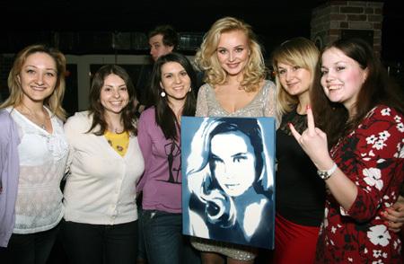 Фанаты подарили Полине портрет