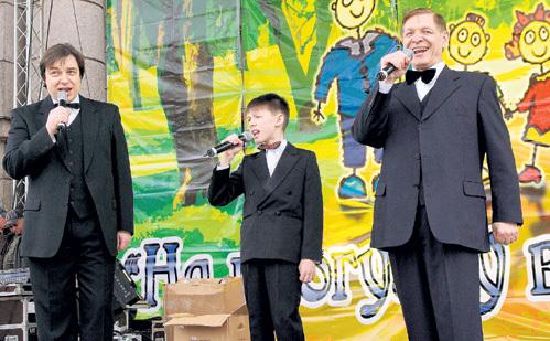 Семейное трио: отец с сыном и внуком