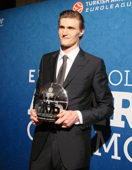 Андрей КИРИЛЕНКО с призом лучшему баскетболисту Евролиги