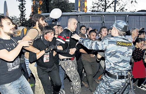 По сравнению с тем, как разгоняют демонстрации в Европе и США, наши силовики пока действуют гуманно (фото REUTERS)