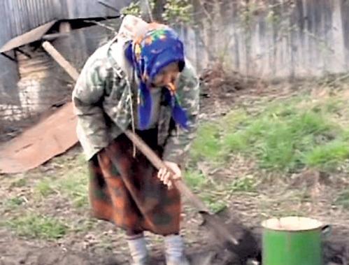 ПЯТЧЕНКО, несмотря на инвалидность, бойко орудует лопатой в огороде