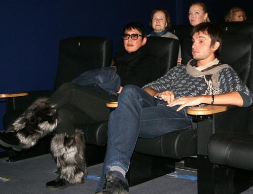 Ирина ХАКАМАДА с молодым другом в кинотеатре...