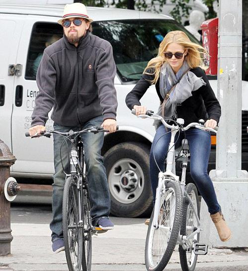 Лео ДИКАПРИО и Эрин ХИЗЕРТОН ездят на велосипеде не когда тепло, а когда есть время