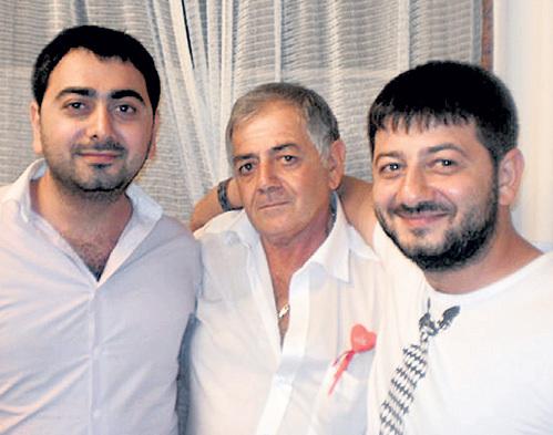 Отец семейства Сергей Ншанович всегда старался примирить сыновей Давида и Мишу