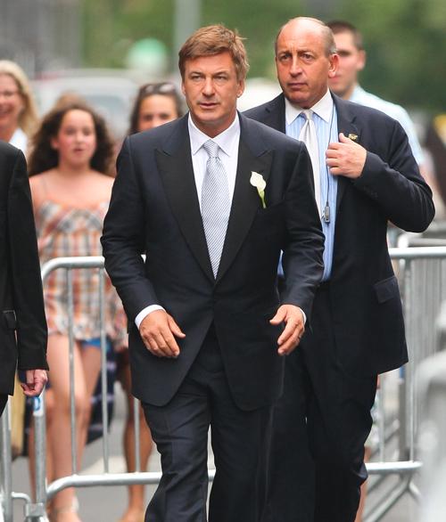 Алек БОЛДУИН пошел под венец в строгом костюме с белым цветком в петличке.
