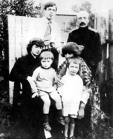 Марина ЦВЕТАЕВА (слева) в кругу семьи: сестра Ася (справа), муж Сергей ЭФРОН (вверху слева), зять МИНЦ (вверху справа), дочь Ариадна и племянник Андрей (1926 г.)