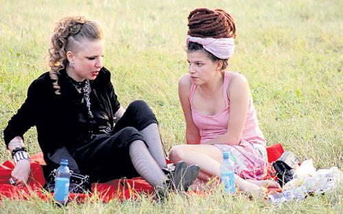 Своими любовными страданиями ГЕРМАНИКА делилась с подружкой - актрисой Агнией КУЗНЕЦОВОЙ. Девушки чесали языками, усевшись на траве в VIP-зоне