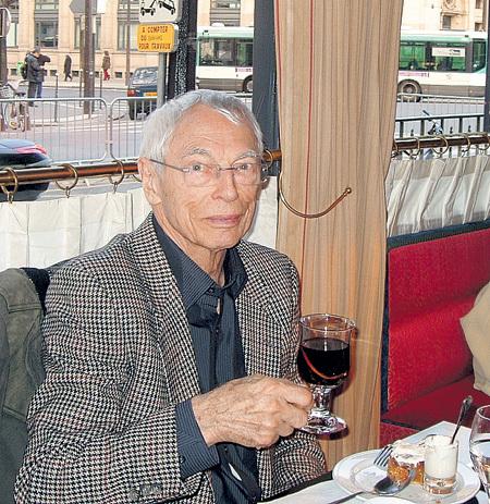 Есть у маэстро любимые кафе в Париже, где он часами сидит за чашечкой кофе