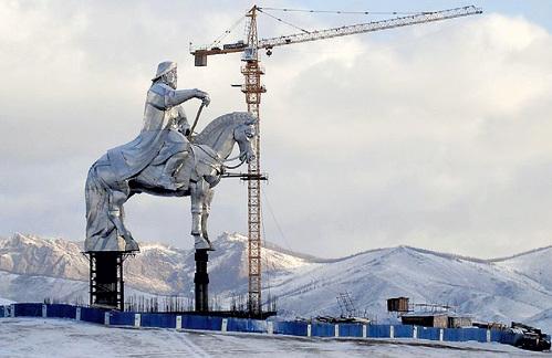 Комплекс со статуей в центре задумывался как развлекательный, но выглядит он не весело, а очень страшно