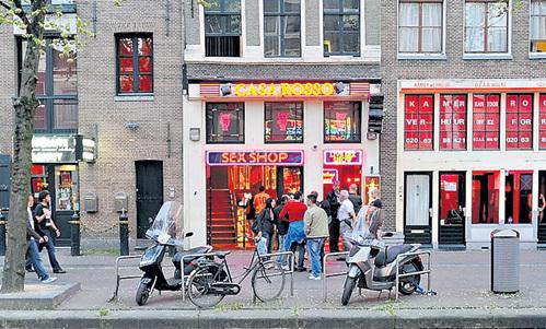 Порнотеатр «Каза Россо» в Амстердаме берёт за вход 30 евро. Заплатите 45 - вам нальют ещё два «дринка»