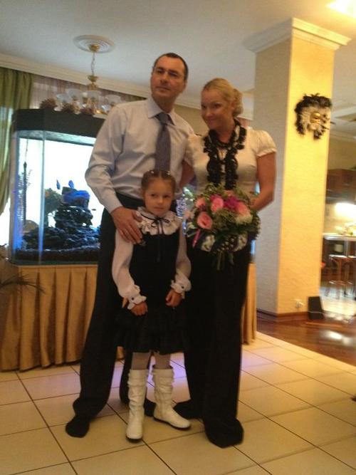 Анастасия ВОЛОЧКОВА вместе с мужем Игорем ВДОВИНЫМ отвела Аришу в первый класс (фото из Твиттера Анастасии ВОЛОЧКОВОЙ).