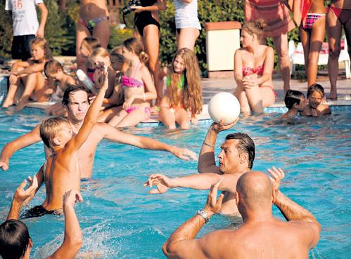 С мальчишеским азартом 49-летний актёр играл в водное поло