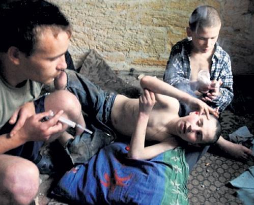 В России сегодня от 300 тыс. до 5 млн. беспризорных детей - больше, чем в послевоенные годы. 90 процентов из них - «социальные сироты» - сироты при живых родителях