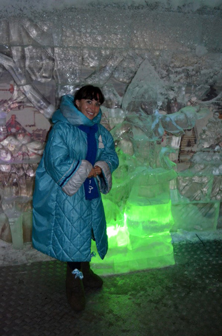 Вот такие теплые пальто и валенки с бантиком выдают в ледяном зале, чтобы посетители не простудились.