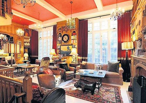 Квартира актеров обставлена уютно, хотя и старомодно