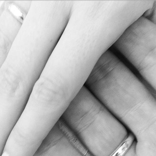 Ксения выложила в микроблоге снимок обручальных колец.