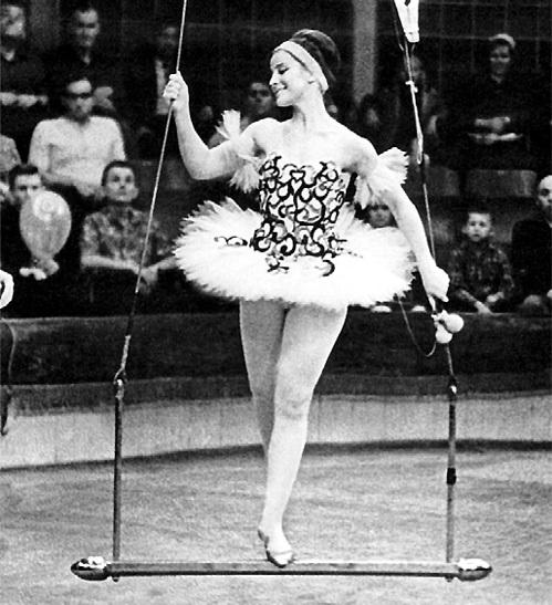 После окончания училища Наталья ВАРЛЕЙ работала эквилибристкой в Московском цирке на Цветном бульваре
