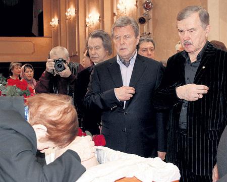 Певец Леонид СЕРЕБРЕННИКОВ во время гражданской панихиды крестился...
