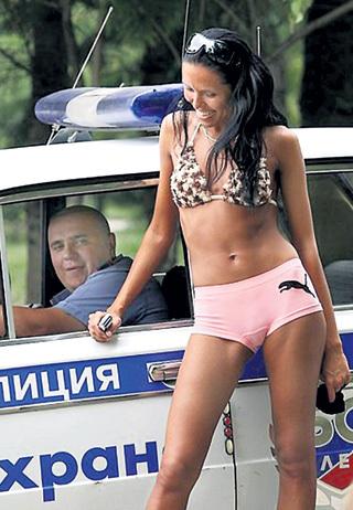 Правоохранители готовы извлекать любую, даже не материальную, прибыль из своей службы. Люди к этому так привыкли, что уже смеются над оборотистыми силовиками. Фото: