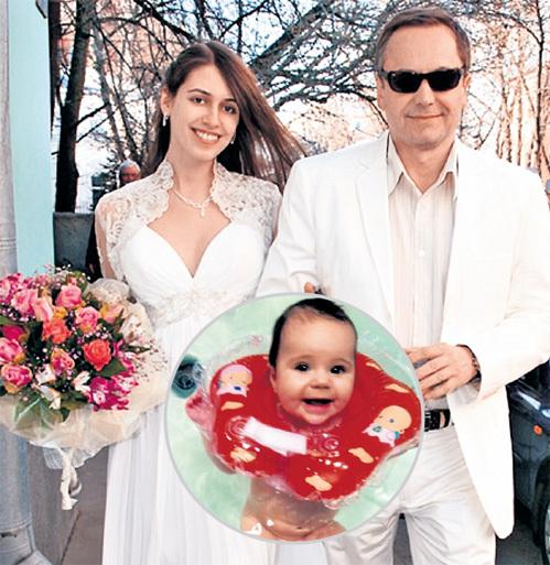 В 2010 году актёр женился на модели Ольге, вскоре после свадьбы у пары родилась дочь София