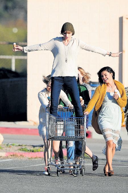 Тэйлор СВИФТ поклонники готовы носить на руках и катать в продуктовых корзинах