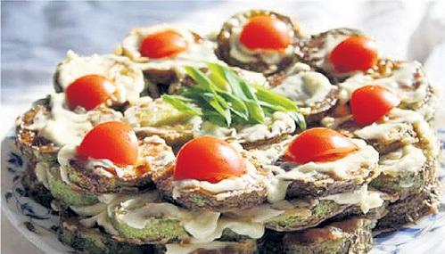 Жареные кабачки с постным майонезом, помидорами и молотым грецким орехом