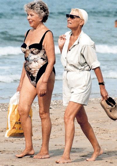 На Черноморском побережье ВАСИЛЬЕВА и СВЕТЛИЧНАЯ с удовольствием принимали солнечные ванны (фото - конец 90-х)