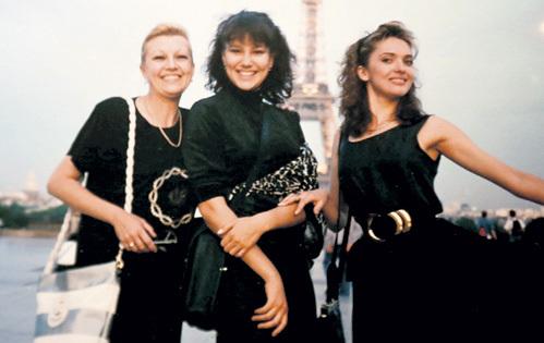 В начале 90-х, в Париже, на съёмках детектива о тяжёлой судьбе манекенщиц «Ваш выход, девочки…» ДРОЖЖИНА (слева) подружилась с Ольгой ДРОЗДОВОЙ (справа). На фото актрисы с коллегой Юлией АЛЕКСЕЕВОЙ