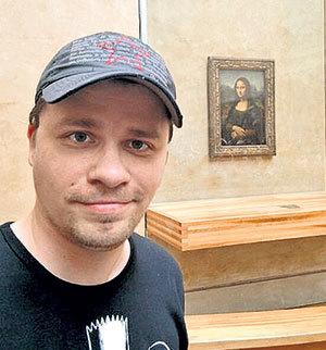 Шоумен в Лувре у знаменитой «Джоконды»