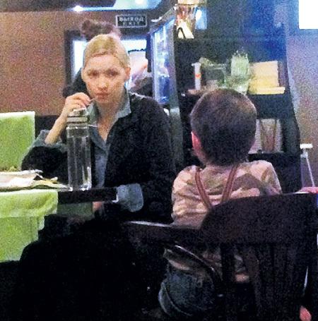 ...приходит поддержать на катке жена Наталья СОМОВА с сыном Артемием