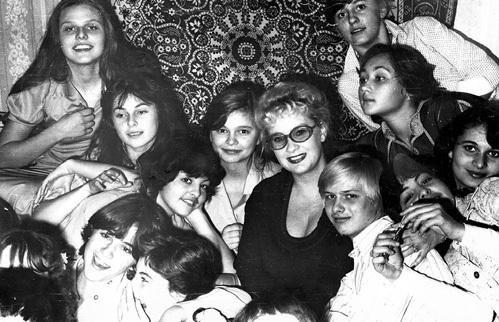 Классная руководительница Ольга КАШНЕВА считала Ирину (вторая слева вверху) звездой школьного выпуска