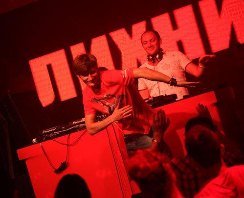Павел ВОЛЯ отплясывал под DJ-композиции коллеги по Comedy Club Алексея ЛИХНИЦКОГО, которому передал права