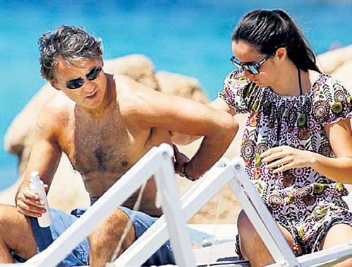 Дочь Камила бдела, чтобы папа Роберто не сгорел на солнце