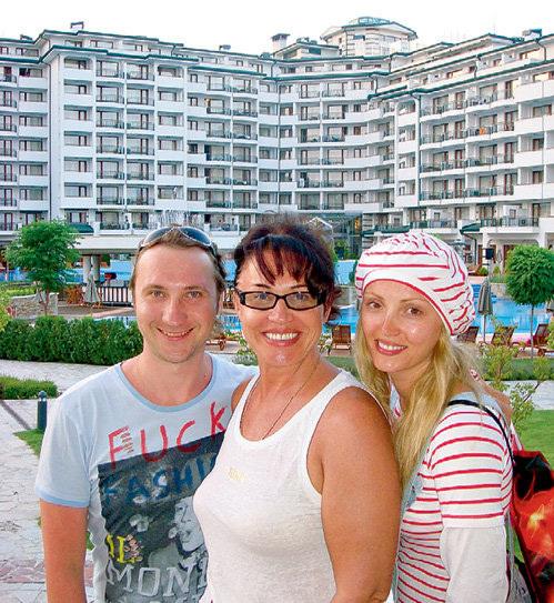 Надежда Георгиевна с сыном Данилой и невесткой Татьяной на фоне своих болгарских апартаментов