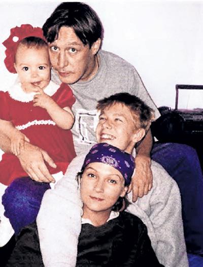 Семья №3: Анна-Мария, её родители - Михаил Олегович и Ксения КАЧАЛИНА и Никита, появившийся от взаимной страсти актёра и жены Антона ТАБАКОВА