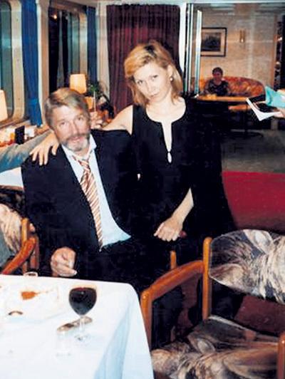 Лариса познакомилась с Александром в 2000 году, когда с работой у актёров было трудно. Она, как могла, поддерживала любимого