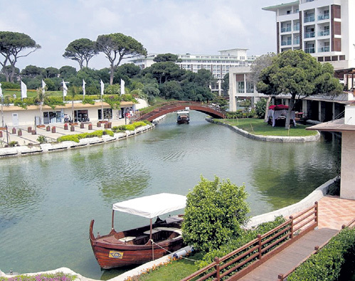 Из корпусов отеля в аквапарк гостей доставляют на лодках