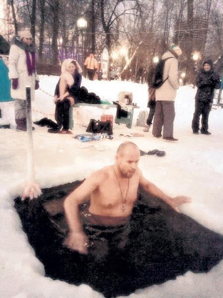 АВЕРИН ледяной водицы не боится. Фото: Twitter.com