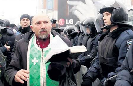 После молебна на майдане и бутылки коньяка враги революции стали мерещиться святому отцу везде